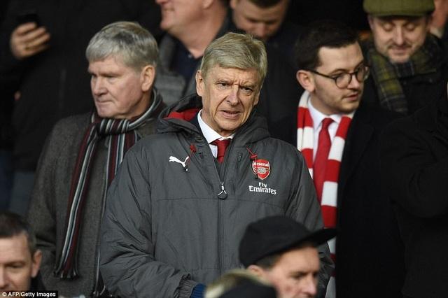 Wenger phải chỉ đạo từ khán đài, ông đang bị truất quyền chỉ đạo ba trận
