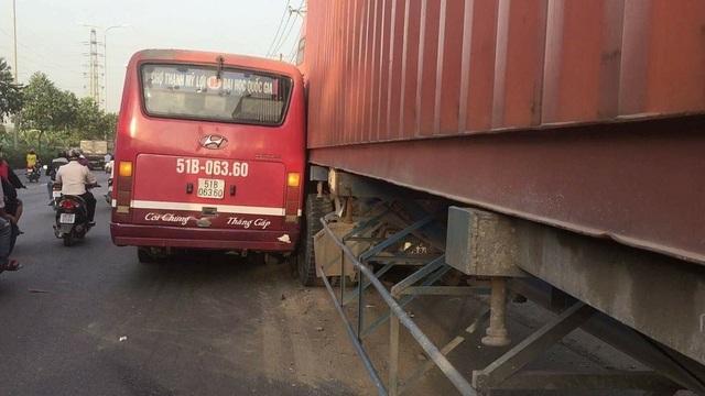 Xe buýt rượt đuổi container trên quốc lộ 1