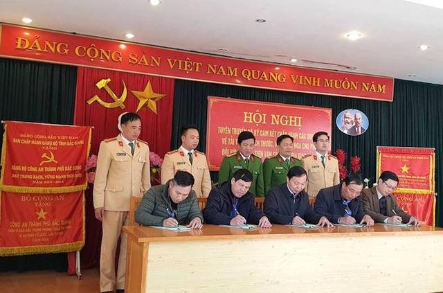Đội CSGT Công an TP Bắc Giang tham mưu đơn vị yêu cầu doanh nghiệp, lái xe ký cam kết, quyết liệt chặn xe quá tải.