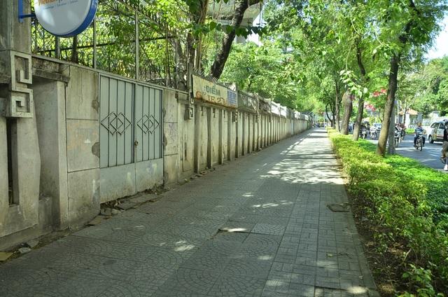 Vỉa hè đường Nam Kỳ Khởi nghĩa (vách Bảo tàng TP).