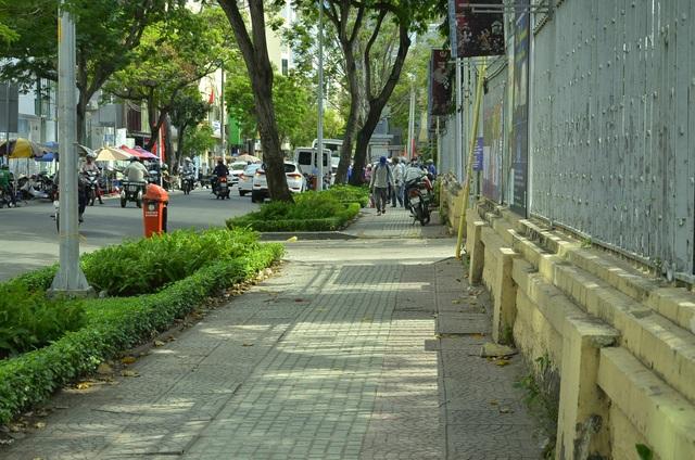 Vỉa hè đường Phó Đức Chính (vách Bảo tàng Mỹ thuật, phường Nguyễn Thái Bình) thông thoáng sau khi bãi xe ở đây được dẹp bỏ