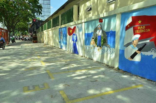Điểm giữ xe lề đường Nguyễn Thái Học, vách trường Thalmann cũng đã thông thoáng, nơi đây dự kiến sẽ quy hoạch làm điểm bán hàng rong