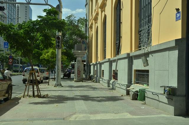 Bãi giữ xe ở trước số 30 Hàm Nghi đã bị dẹp bỏ, trả lại vỉa hè thông thoáng