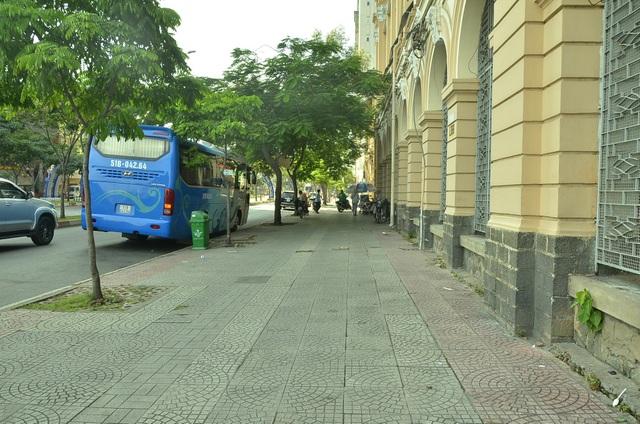 Vỉa hè đường Hàm Nghi và góc đường Tôn Đức Thắng vách số 2 Hàm Nghi (phường Bến Nghé, quận 1) sau khi bãi xe ở đây bị dẹp bỏ