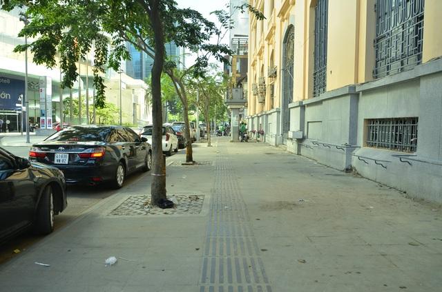 Bãi xe trên vỉa hè đường Hải Triều trước toà nhà Bitexco đã sạch bóng
