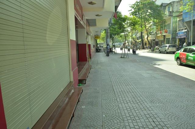 Vỉa hè trước số 2 Phó Đức Chính, phường Nguyễn Thái Bình rộng thênh thang khi bãi xe ở đây bị dẹp