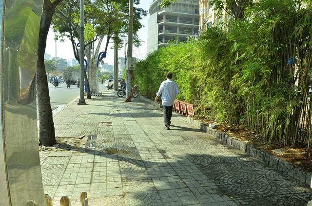 Vỉa hè Tôn Đức Thắng (vách số 2 Hàm Nghi) cũng trở nên thông thoáng khi bãi giữ xe 2 bánh ở đây không còn