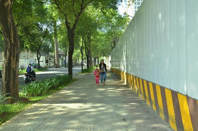 Vỉa hè Nguyễn Du (sau trụ sở công ty xổ số kiến thiết TP cũ)