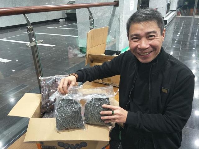 NSƯT Công Lý cười rất tươi bên những món quà vừa nhận được do khán giả gửi xuống từ Yên Bái.