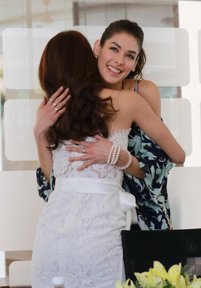 Hoa hậu Phạm Hương chào đón Hoa hậu Hoàn vũ 2008 Dayana Mendoza bằng cái ôm tình cảm