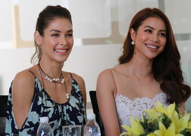 Cả hai người đẹp có buổi trò chuyện cởi mở và thân thiện cùng truyền thông