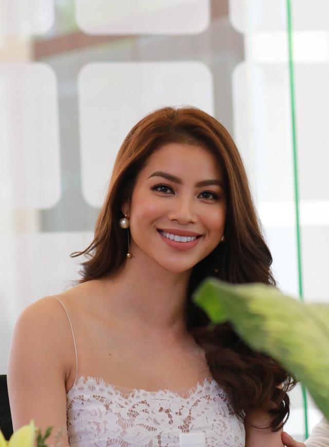 Hoa hậu Phạm Hương chia sẻ cảm xúc khi sau hôm nay cô sẽ nhường ngôi vị Hoa hậu cho người kế nhiệm.