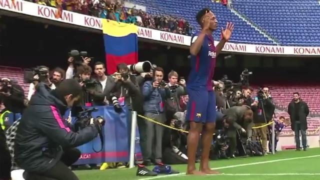 Hành động lạ của Yerry Mina trong ngày ra mắt Barcelona