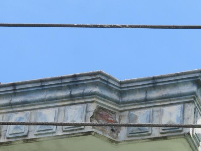 Người dân phát hoảng vì đường điện cao áp cách mái nhà... 0,8m! - 15