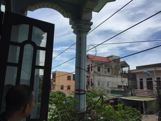 Người dân phát hoảng vì đường điện cao áp cách mái nhà... 0,8m! - 16