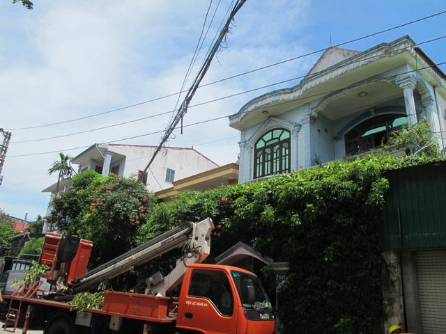 Người dân phát hoảng vì đường điện cao áp cách mái nhà... 0,8m! - 19