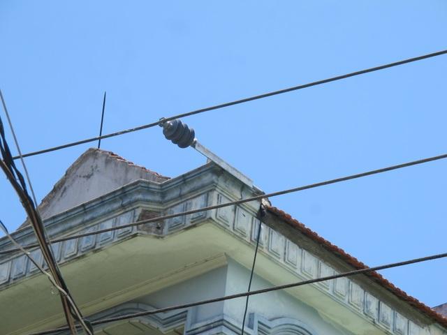 Người dân phát hoảng vì đường điện cao áp cách mái nhà... 0,8m! - 20