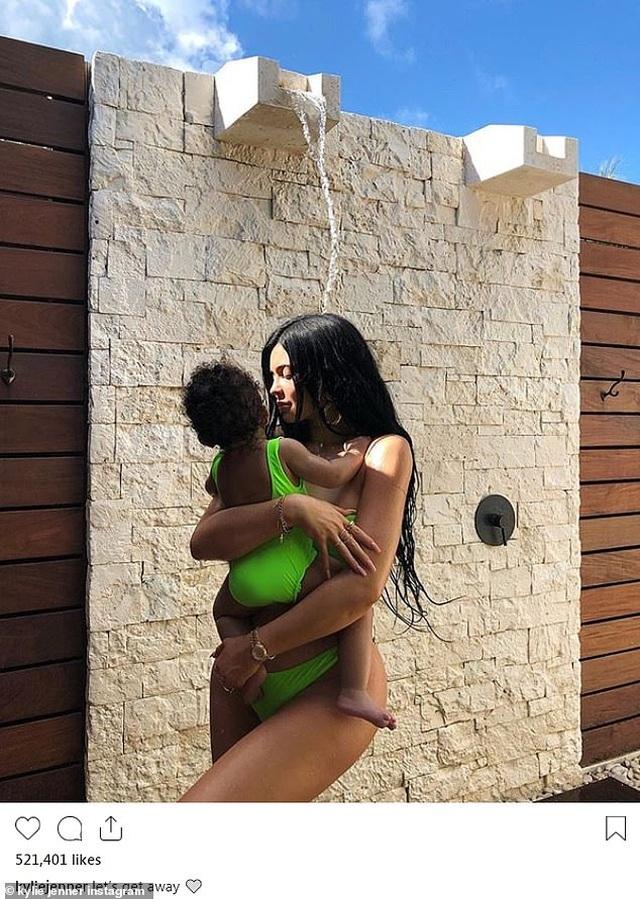 Kylie Jenner và con gái cưng mặc áo tắm đồng màu - 2