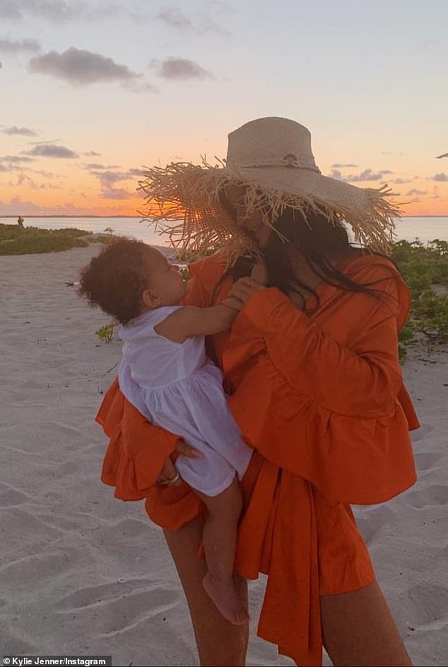 Kylie Jenner và con gái cưng mặc áo tắm đồng màu - 4