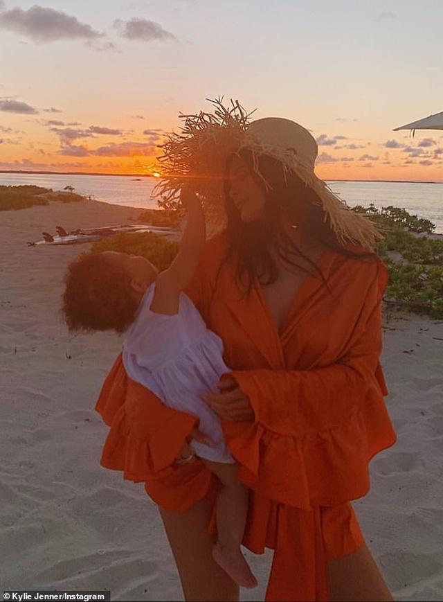 Kylie Jenner và con gái cưng mặc áo tắm đồng màu - 6
