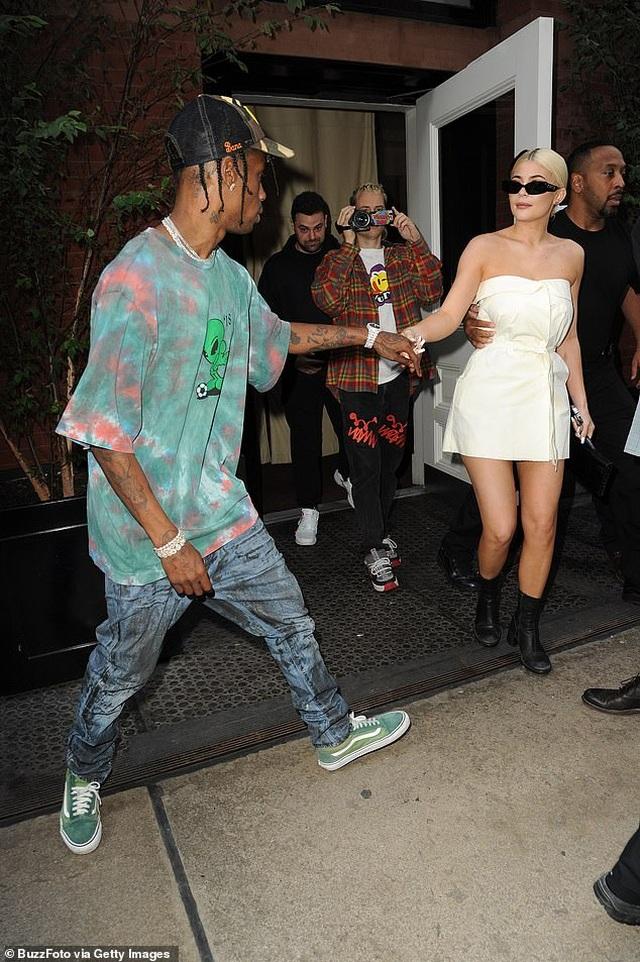 Kylie Jenner và con gái cưng mặc áo tắm đồng màu - 8