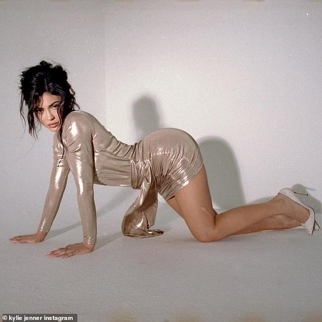 Kylie Jenner và con gái cưng mặc áo tắm đồng màu - 9