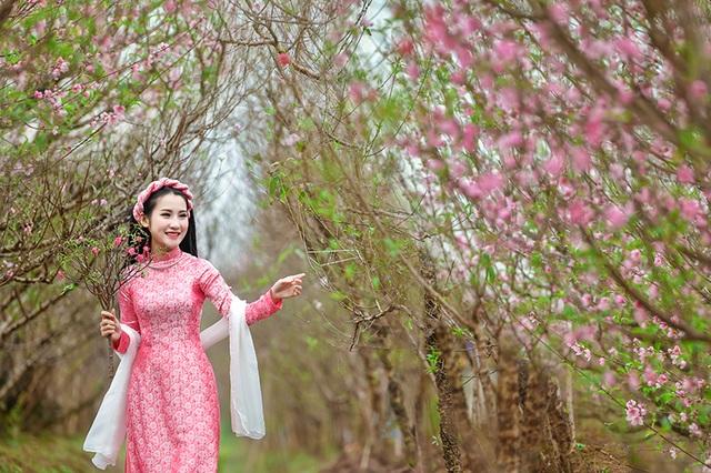 Rộn rịp thiếu nữ xinh đẹp chụp ảnh vườn đào đón Tết - 11