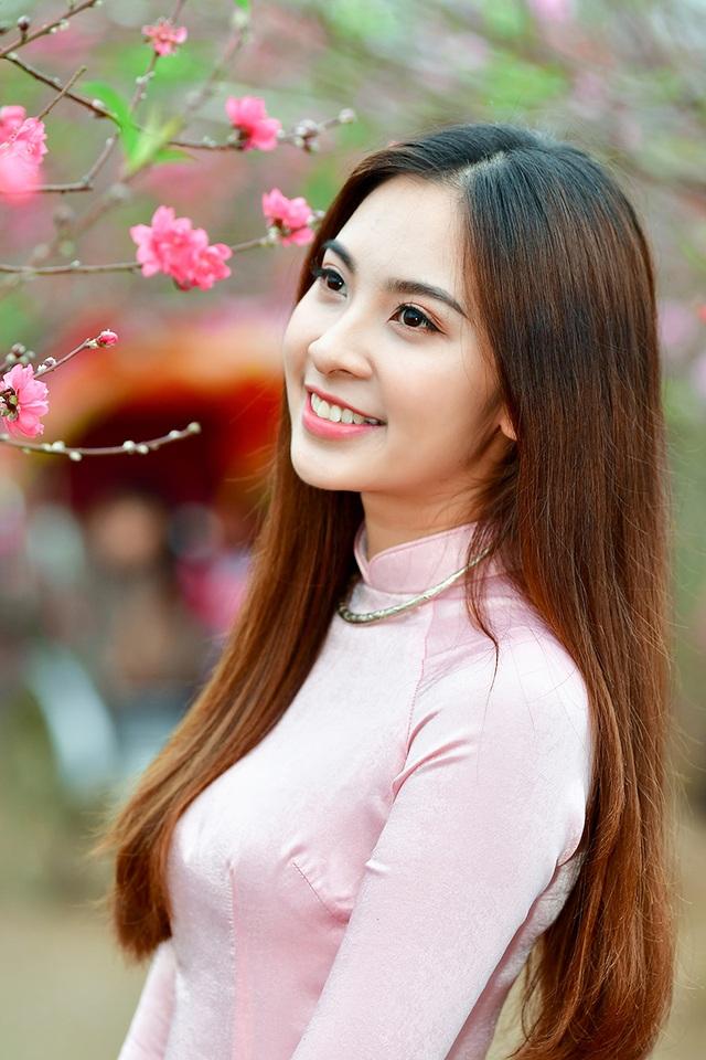 Rộn rịp thiếu nữ xinh đẹp chụp ảnh vườn đào đón Tết - 8