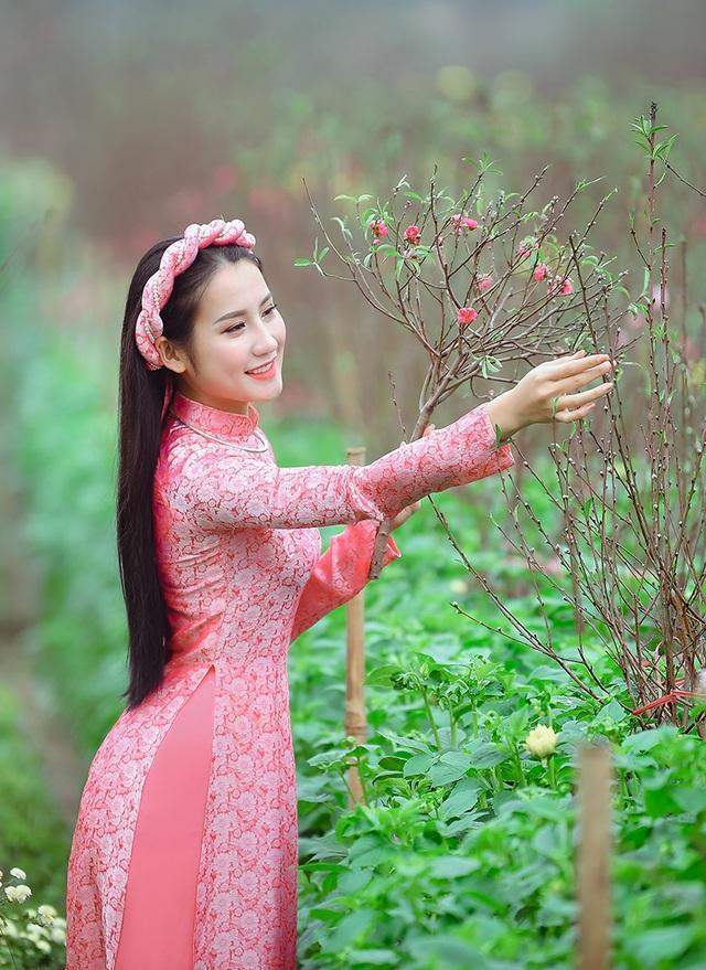 Rộn rịp thiếu nữ xinh đẹp chụp ảnh vườn đào đón Tết - 6