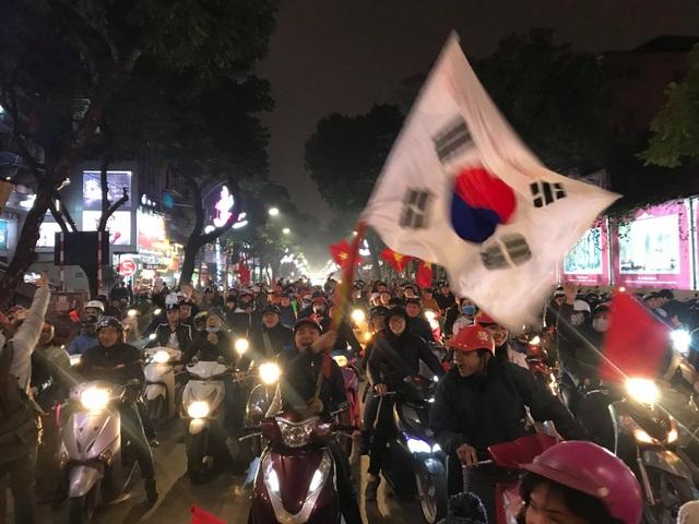 Hàng vạn người xuống đường ăn mừng chiến thắng nghẹt thở của tuyển Việt Nam - 1