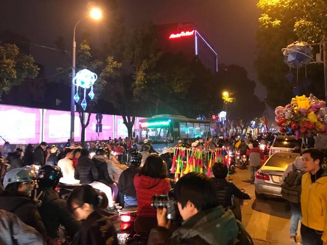 Hàng vạn người xuống đường ăn mừng chiến thắng nghẹt thở của tuyển Việt Nam - 2