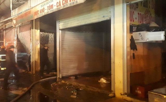 Lửa bốc lên trong đêm tại chợ đầu mối lớn nhất Thanh Hóa - 5