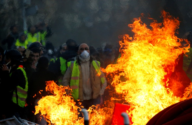 """Bạo động """"Áo vàng"""" tại Pháp: Người biểu tình mang quan tài xuống đường - 6"""