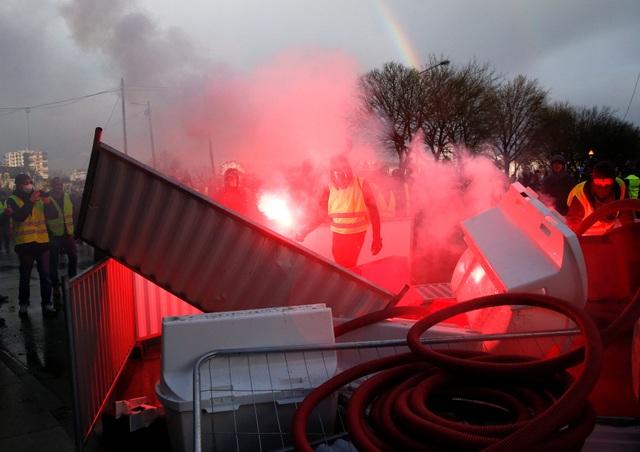 """Bạo động """"Áo vàng"""" tại Pháp: Người biểu tình mang quan tài xuống đường - 4"""