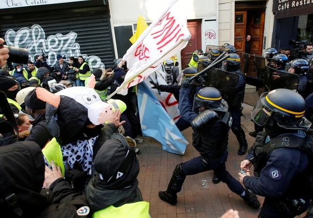"""Bạo động """"Áo vàng"""" tại Pháp: Người biểu tình mang quan tài xuống đường - 5"""
