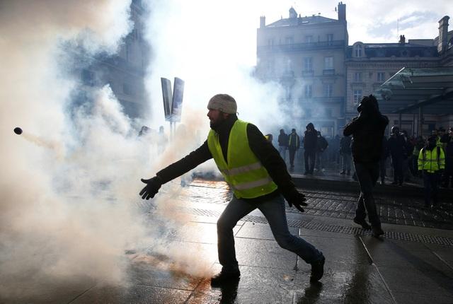 """Bạo động """"Áo vàng"""" tại Pháp: Người biểu tình mang quan tài xuống đường - 7"""