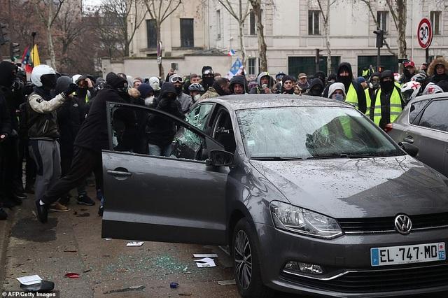 """Bạo động """"Áo vàng"""" tại Pháp: Người biểu tình mang quan tài xuống đường - 8"""