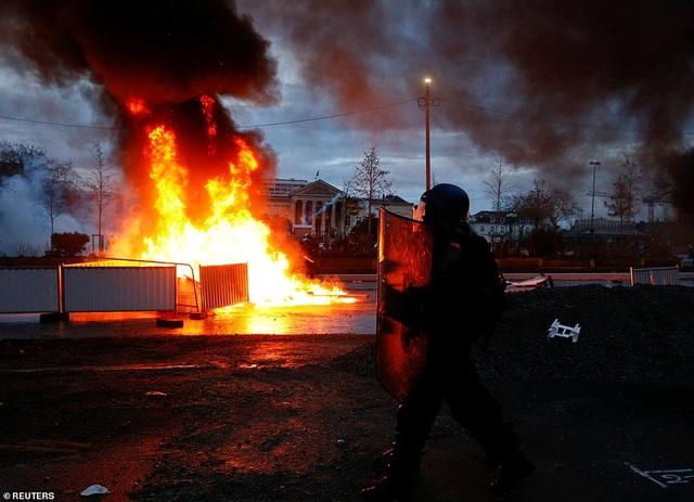 """Bạo động """"Áo vàng"""" tại Pháp: Người biểu tình mang quan tài xuống đường - 9"""