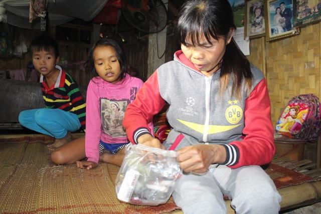 Bản thân mang bệnh sỏi thận song chị Vân không có tiền đi viện, chị dành tiền lo cho các con.JPG