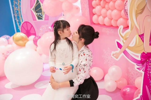Tiểu Yến Tử Huỳnh Dịch trẻ đẹp ngỡ ngàng trong tiệc sinh nhật con gái - 3