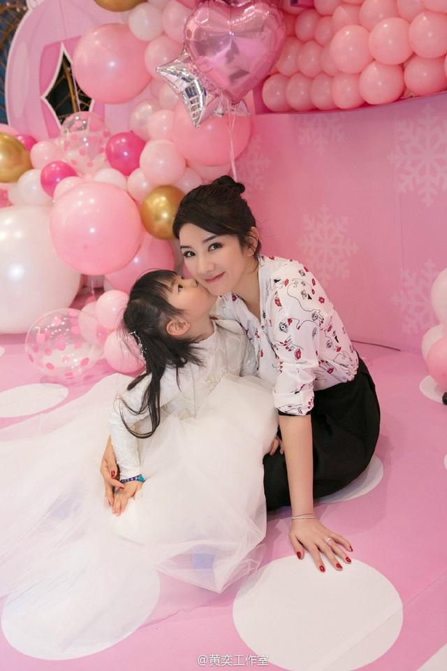 Tiểu Yến Tử Huỳnh Dịch trẻ đẹp ngỡ ngàng trong tiệc sinh nhật con gái - 1