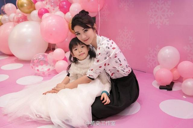 Tiểu Yến Tử Huỳnh Dịch trẻ đẹp ngỡ ngàng trong tiệc sinh nhật con gái - 4