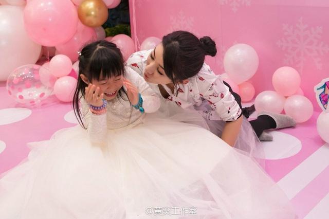 Tiểu Yến Tử Huỳnh Dịch trẻ đẹp ngỡ ngàng trong tiệc sinh nhật con gái - 5