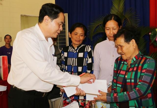 Chủ tịch MTTQ Việt Nam tặng quà Tết cho hộ nghèo, gia đình chính sách - 1