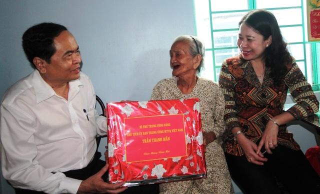 Chủ tịch MTTQ Việt Nam tặng quà Tết cho hộ nghèo, gia đình chính sách - 4