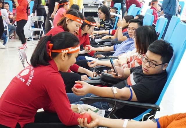 Hàng ngàn đơn vị máu trong ngày Chủ nhật đỏ - 1