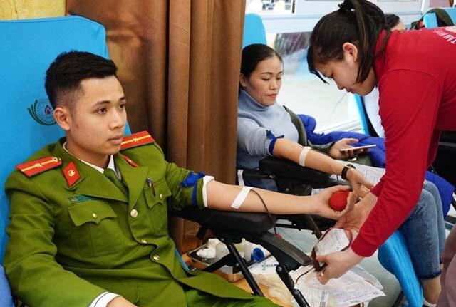 Hàng ngàn đơn vị máu trong ngày Chủ nhật đỏ - 2