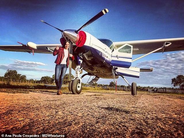 """Nữ phi công """"nóng bỏng"""" nhất thế giới """"hút hồn"""" hành khách - 1"""