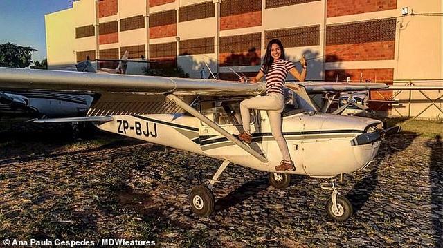 """Nữ phi công """"nóng bỏng"""" nhất thế giới """"hút hồn"""" hành khách - 2"""