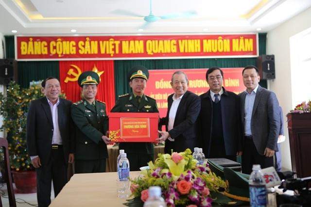 Phó Thủ tướng thăm đồn biên phòng, tặng quà cho người dân vùng biên giới - 3